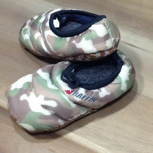Baffin Shoes - NWT Baffin slippers Youth Large (1-3)